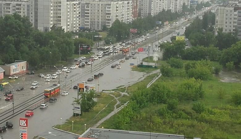 Ливень затопил проезжую часть в Барнауле, водители ожидали спасателей на капотах