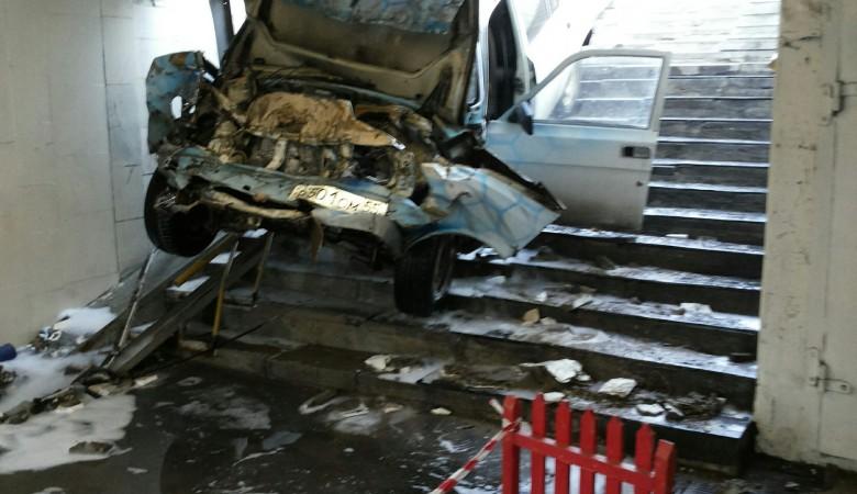 В Омске таксист на «Волге» влетел в подземный переход