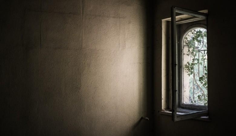 Две девушки погибли, выпав из окна в Красноярске