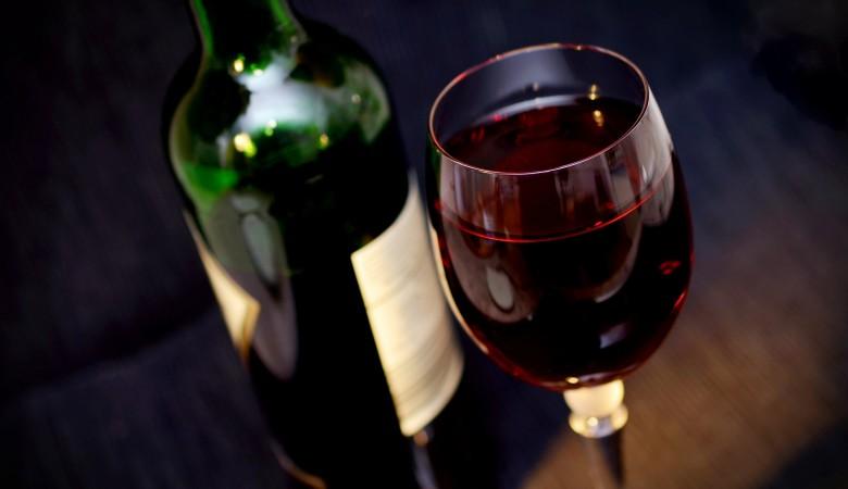 Мужчина в Новосибирске украл бутылку вина и попал в колонию строгого режима