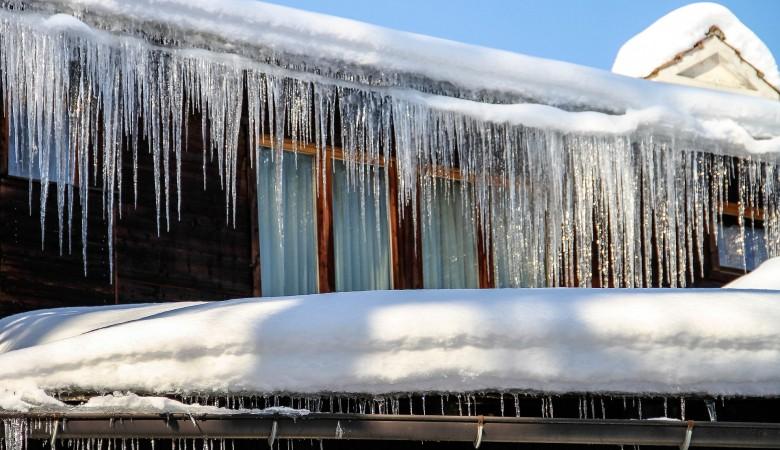 Иркутянка отсудила у управляющей компании 90 тыс. рублей за падение глыбы льда