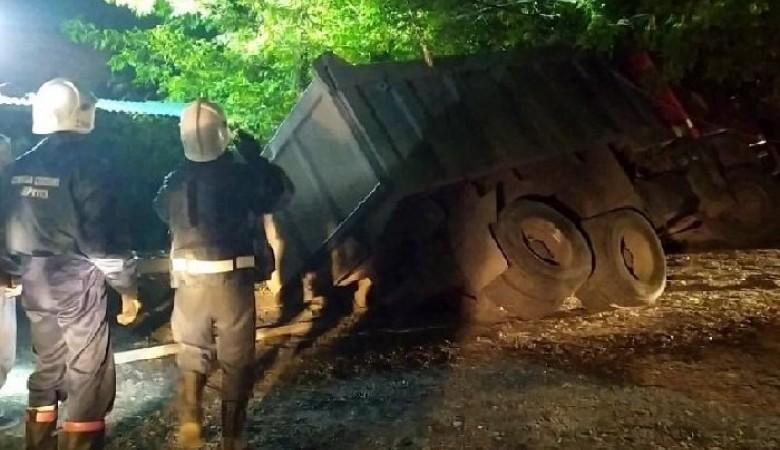 В Иркутске под землю провалился самосвал с 25 тоннами асфальта