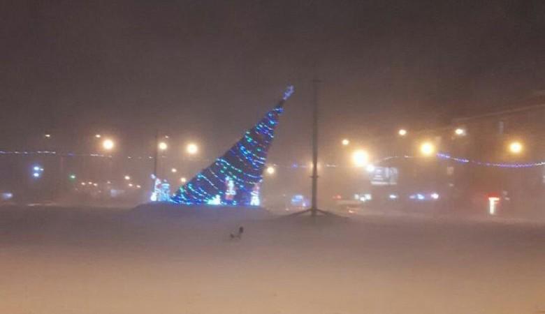 Около 900 жилых домов в Новосибирске остаются без света после штормового ветра