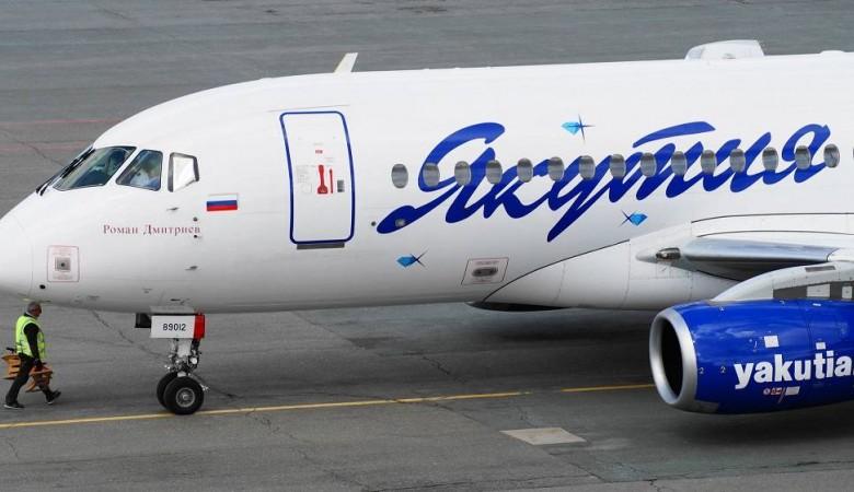 Эвакуация самолета SSJ-100 с подломившейся стойкой шасси в Якутске может занять весь день