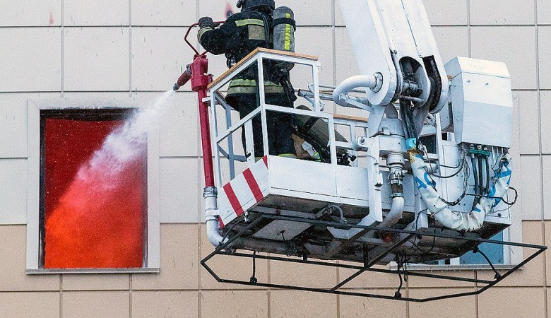 Дело о халатности возбудили против командира пожарного звена, тушившего ТЦ