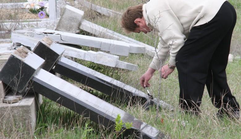 В Забайкалье школьники разгромили 200 могил и сожгли кладбище