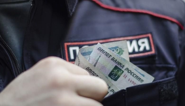 В Омске полицейский зарабатывал на крупных взятках за покровительство