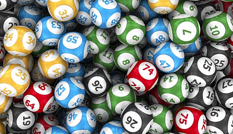 Люди, играющие в лотерею