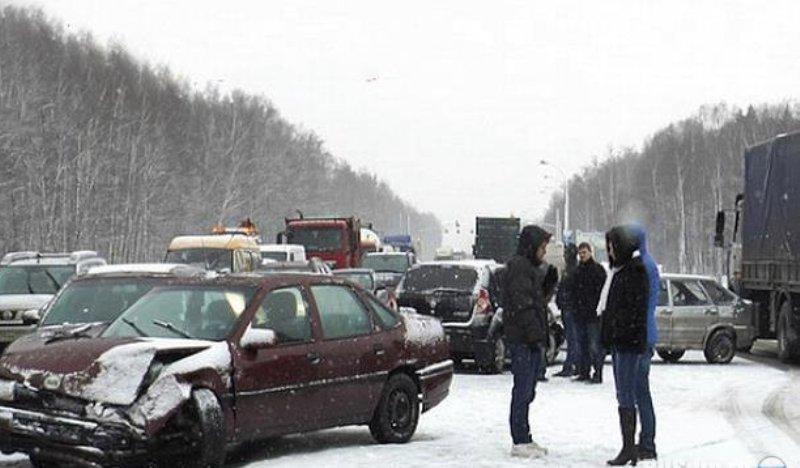 Источник сообщил о шести пострадавших в ДТП на Киевском шоссе в Москве