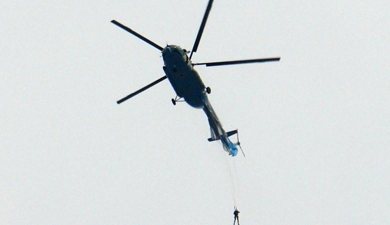 В Чите пилот не заметил зацепившегося за хвост вертолета парашютиста и летел на скорости