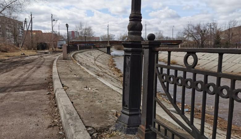 На набережной Кача в Красноярске неизвестные украли часть ограждения