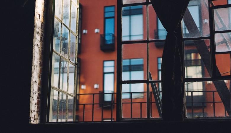 Трехлетняя девочка выпала из окна 5 этажа в Томске и погибла