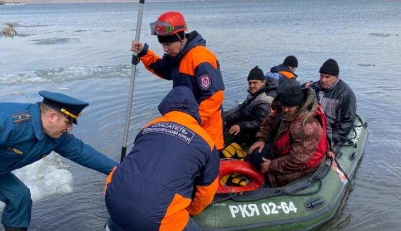 Под Красноярском спасли рыбаков, дрейфовавших на оторвавшейся от берега льдине