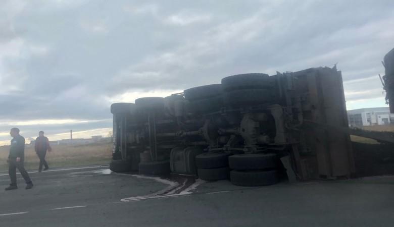 Грузовик с углем перевернулся на трассе Р-257 в Хакасии