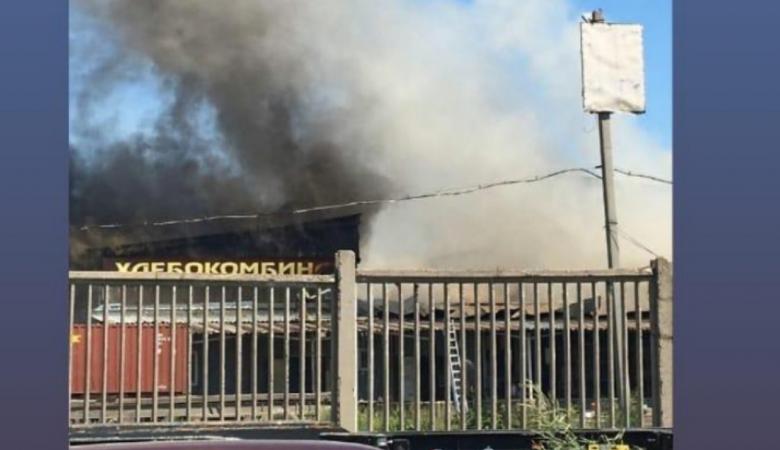 Пожар произошел в здании пекарни в Иркутске