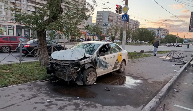Машина «Яндекс.Такси» сбила трех человек на тротуаре в Омске