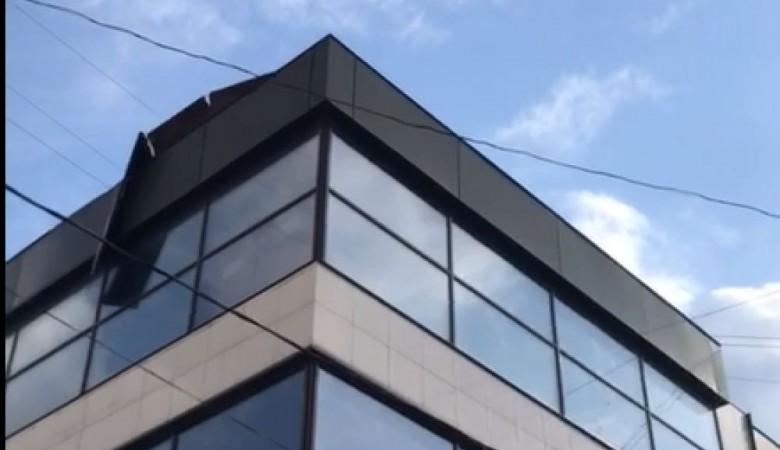 Сильный ветер сорвал металлическую обшивку с крыши здания в Барнауле