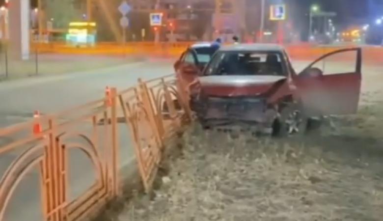 В Ангарске 14-летний водитель протаранил светофор и влетел в ограждение