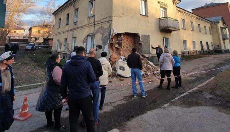 Стена жилого дома обрушилась в Кузбассе. СК начал проверку