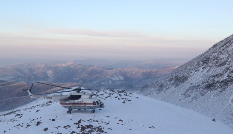Спасательный вертолет доставил в Иркутск 2 туристов после схода лавины в Бурятии