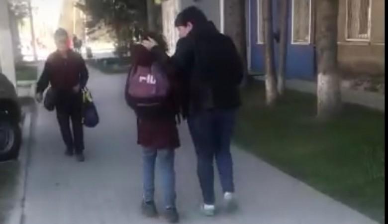 Пьяная мать таскала дочь за голову в центе Искитима